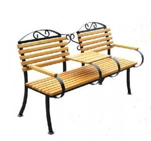 Скамейка со столиком из дерева